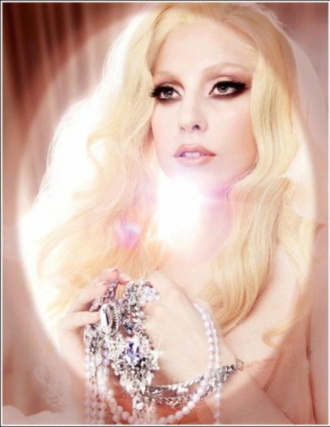 Lady Gaga presenterar sitt andra samarbete med MAC och Viva Glam.