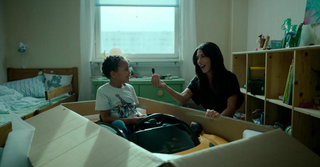 Leya leker med sin son