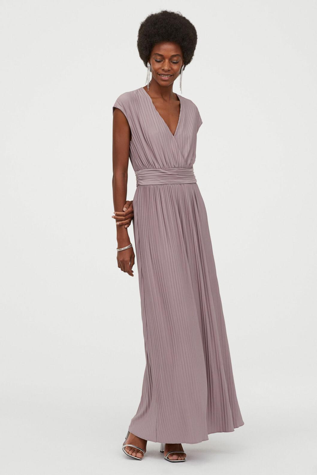 Lila klänning till brudtärnan 2020