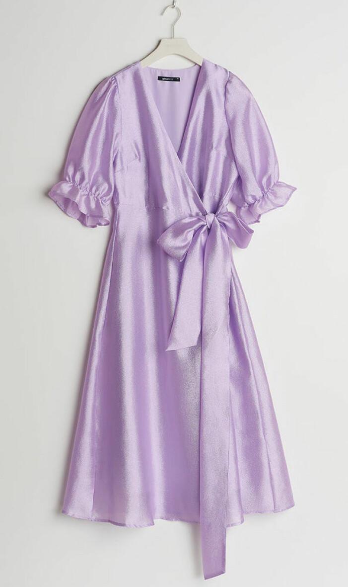 lila glansig omlottklänning från gina tricot