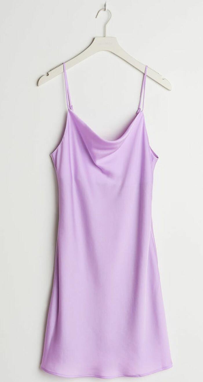 glansig lila slipklänning från gina tricot