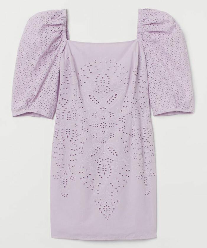 lila klänning med broderie anglaise från hm
