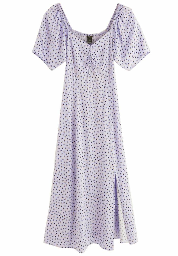 lila mönstrad klänning med puffärmar