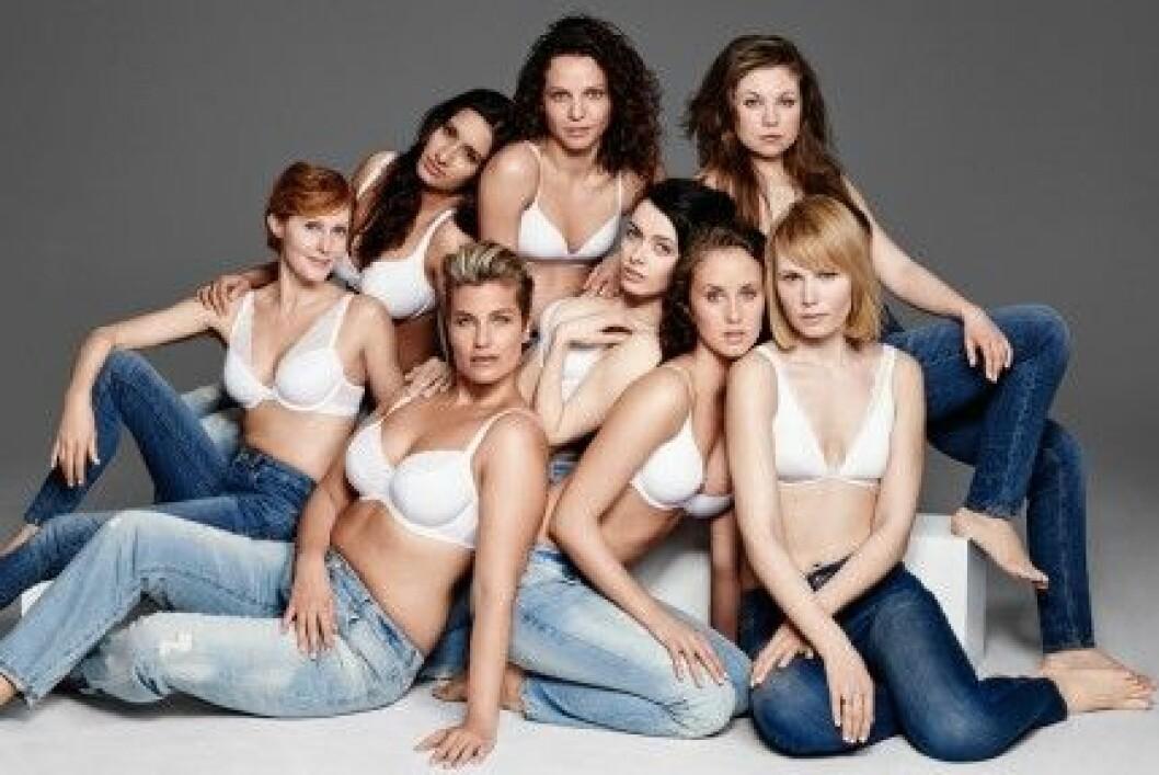 Lindex medarbetare visar underkläder.