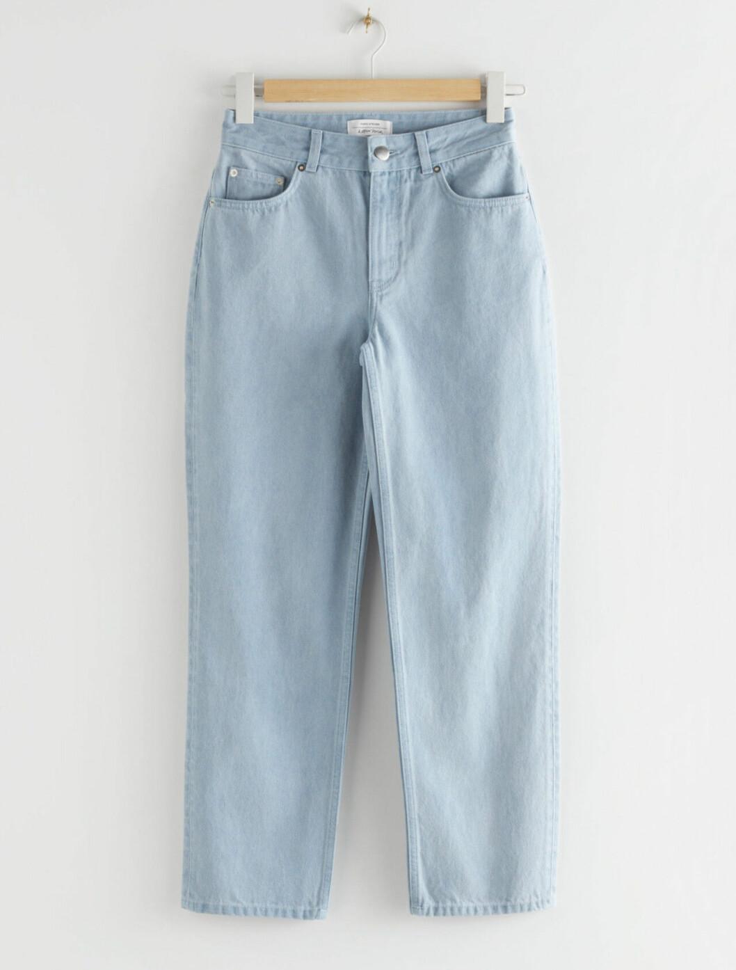 Ljusblå jeans med hög midja och raka ben