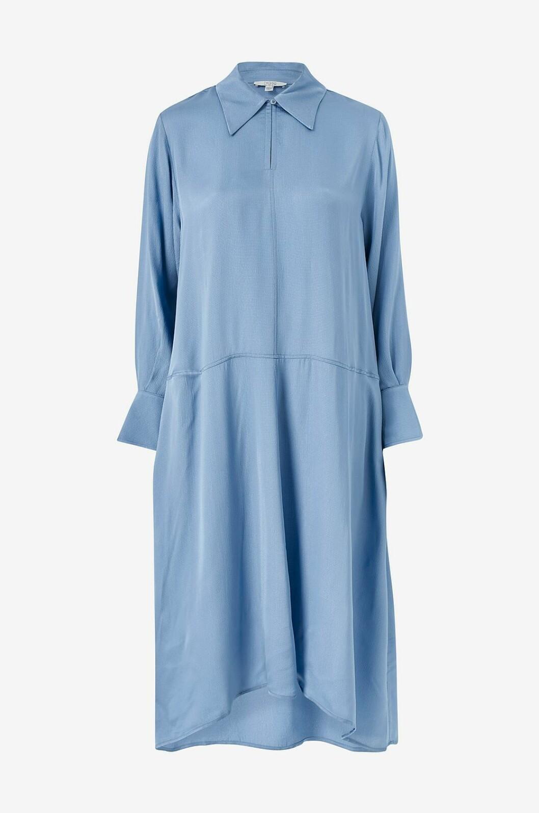 Ljusblå klänning som passar gravida