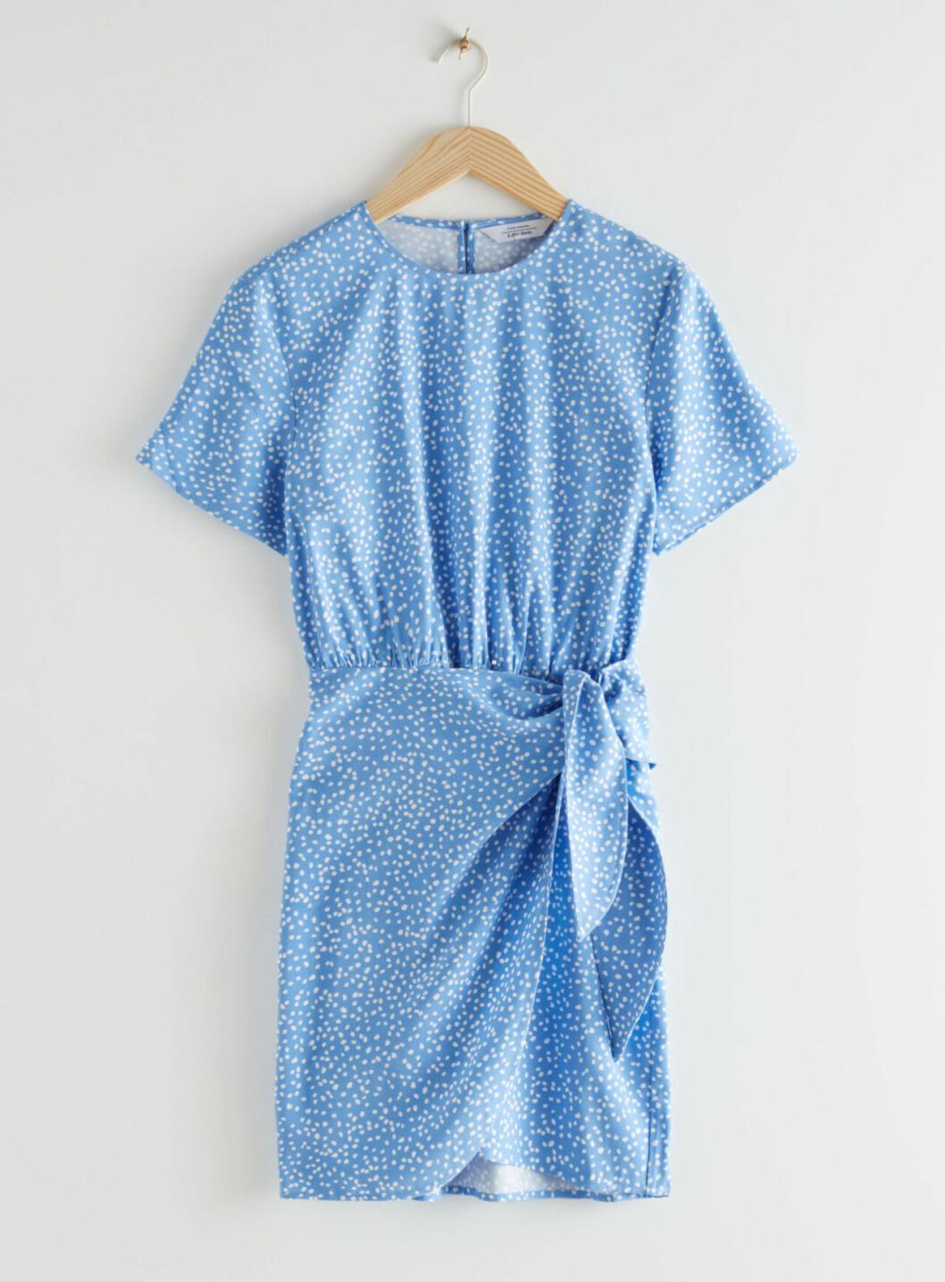 Ljusblå klänning för dam till sommaren 2020