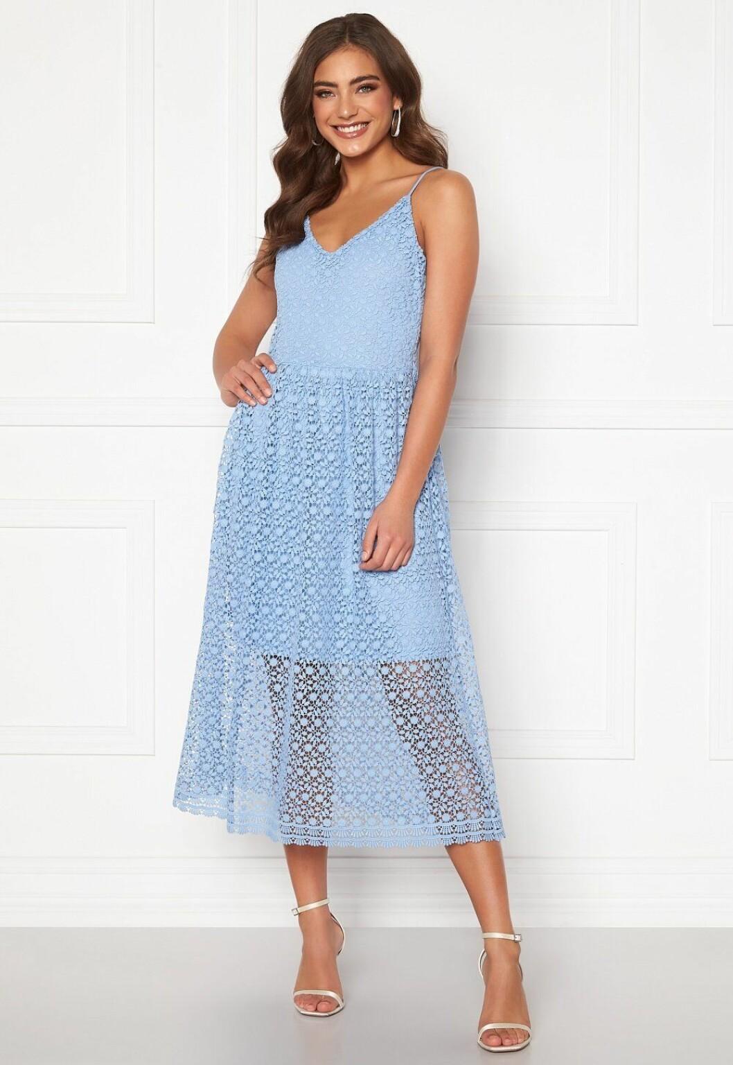 Ljusblå klänning med spets för dam till 2020