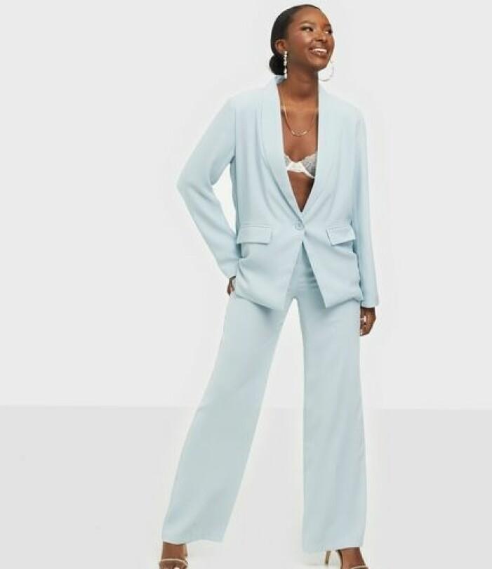 Ljusblå kostym i rak modell för dam