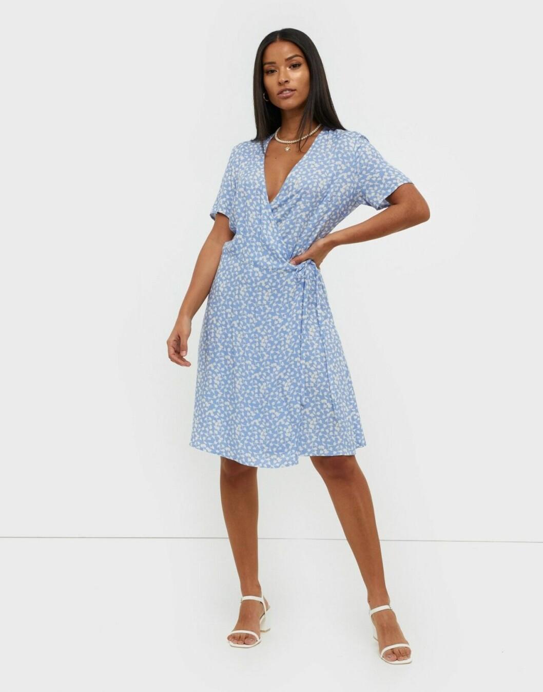 Ljusblå klänning i omlottmodell för dam till 2020