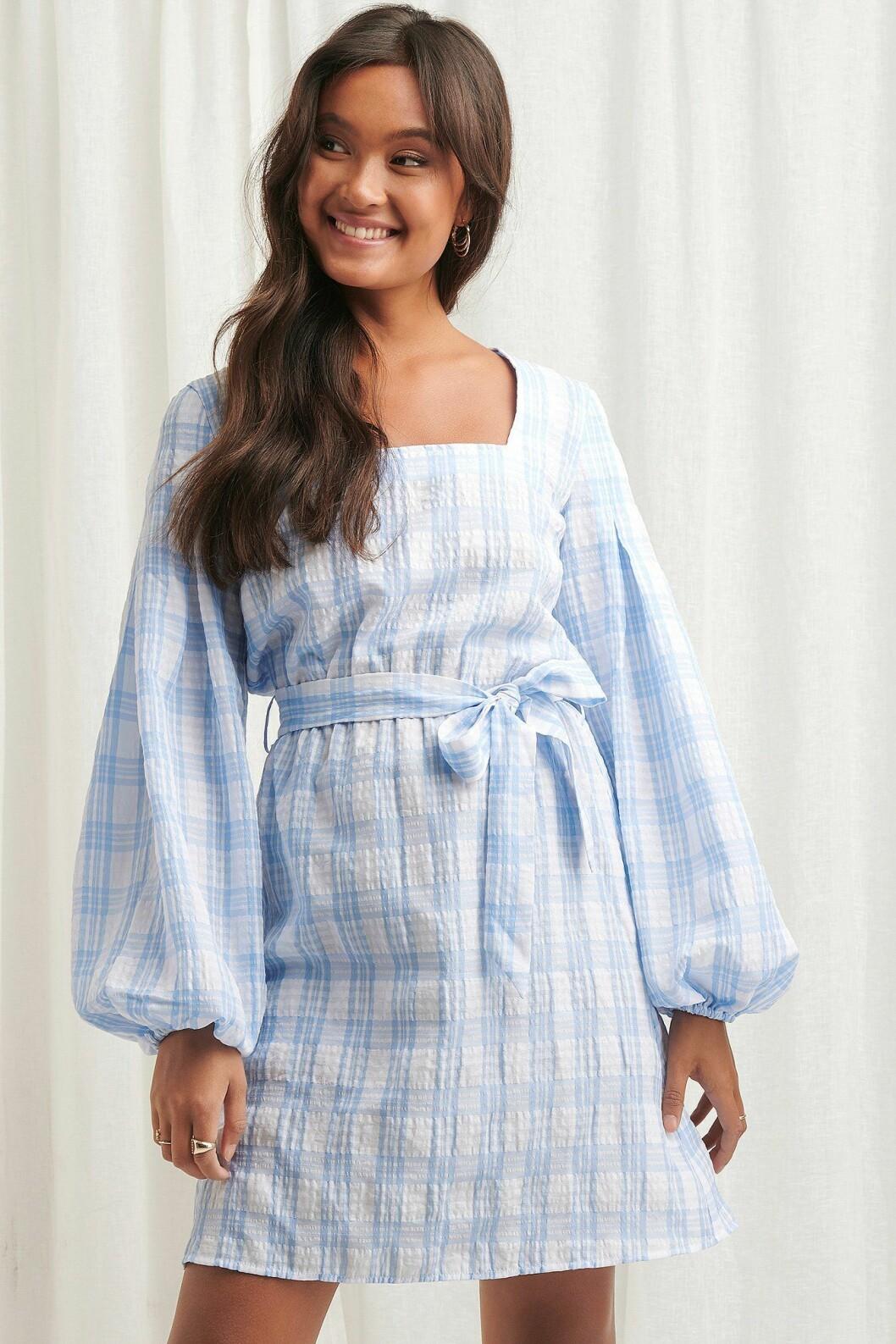 Ljusblå klänning med markerad midja för dam till 2020