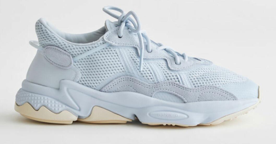 ljusblå sneakers från Adidas