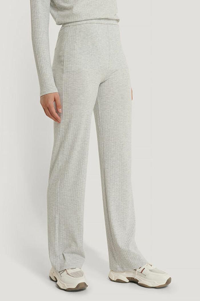 Ljusgrå stickade byxor från Na-kd