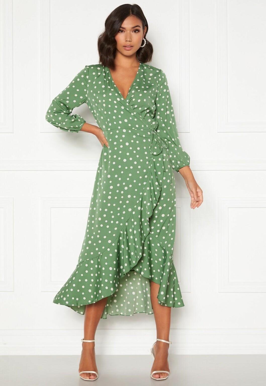 Ljusgrön prickig omlottklänning till bröllop