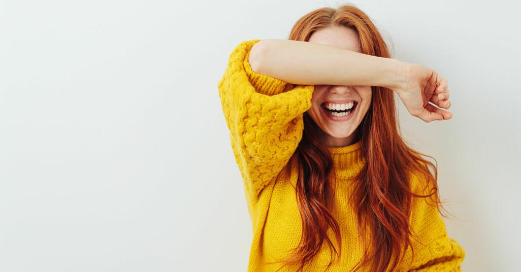 Lycklig tjej i gul tröja