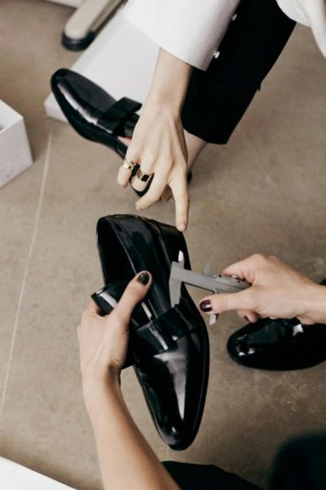 Skorna är inspirerade av herrskor.