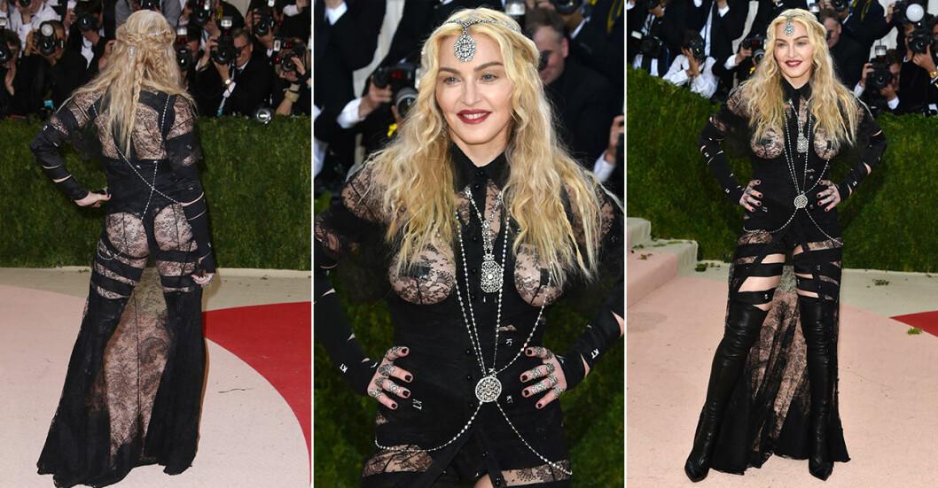 Madonna i genomskinliga kläder på röda matten