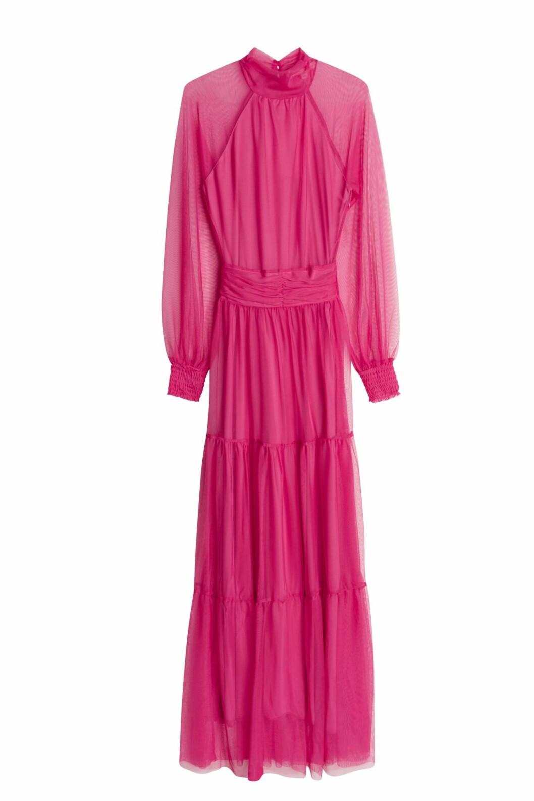 Maja Nilsson Lindelöf släpper kollektion med Gina tricot –rosa maxiklänning