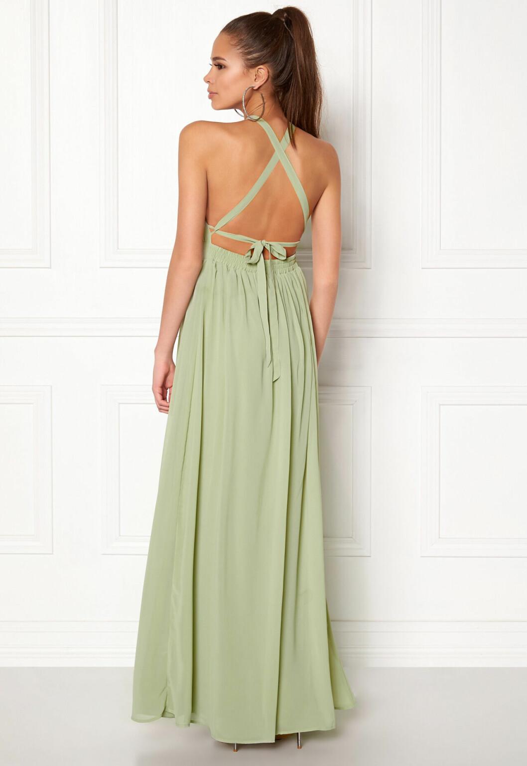 En bild på en mintgrön långklänning i chiffong från Make Way.
