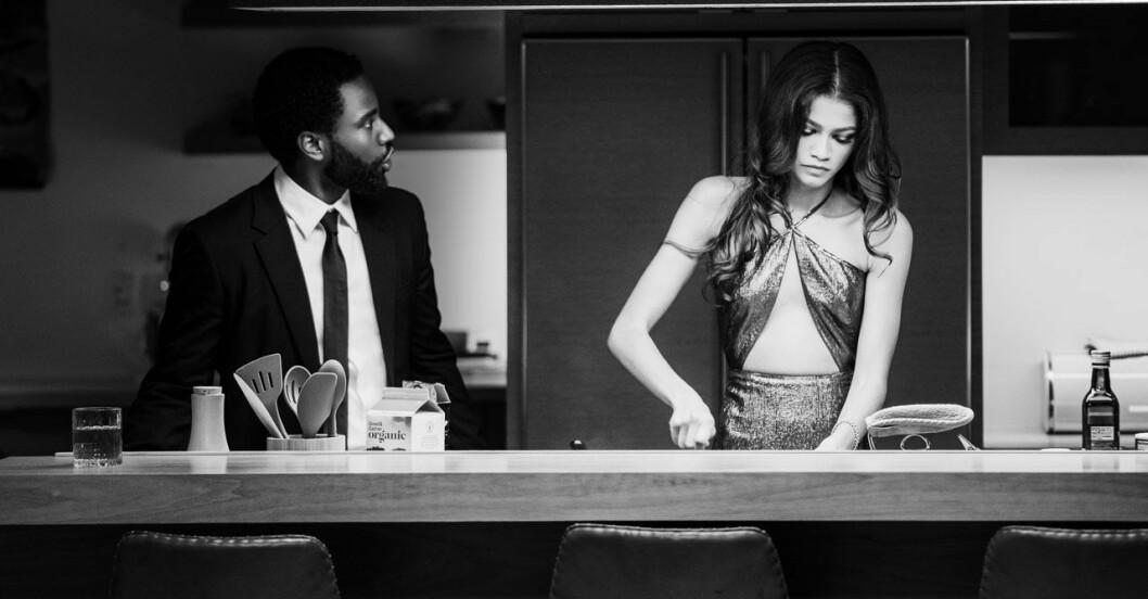 John David Washington och Zendaya står i ett kök i filmen Malcolm & Marie