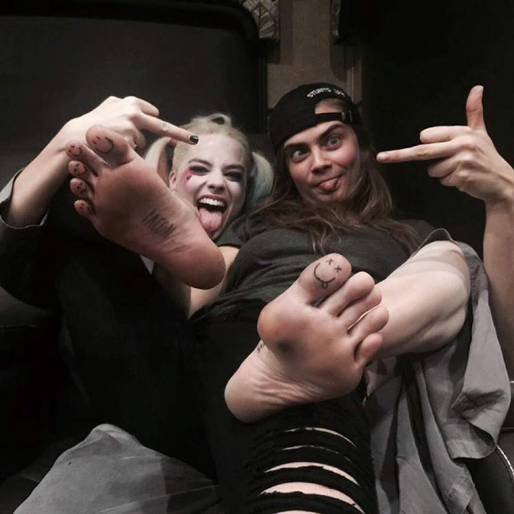 Cara och Margot visar upp nya tatueringen på tån