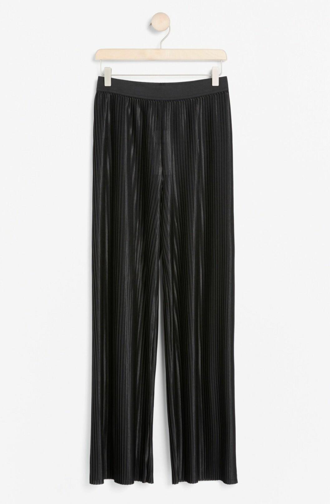 Matchande set: Svarta plisserade byxor