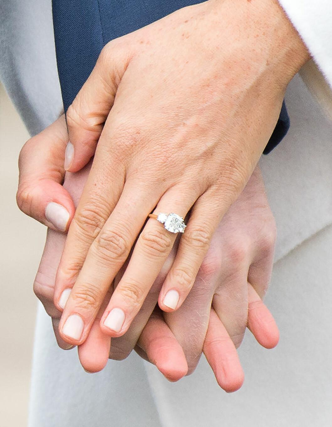 Meghan Markle och prins Harry gifter sig den 19 maj 2018. Meghan Markles förlovningsring med tre diamanter sticker ut.