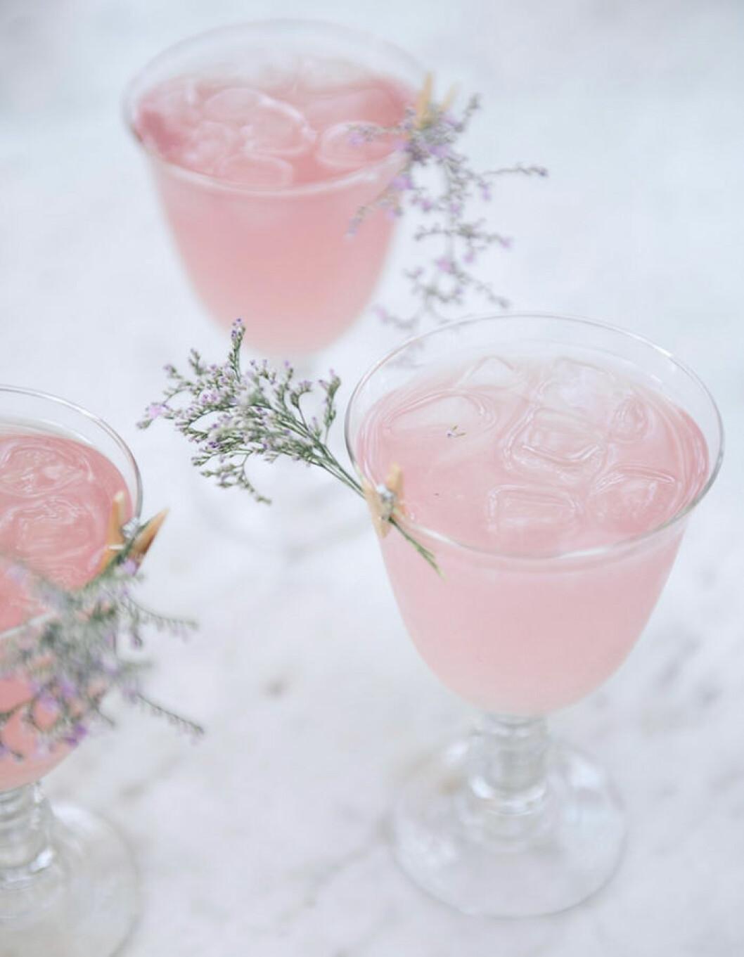 Recept på en rosig drink med smak av hallon och apelsin.