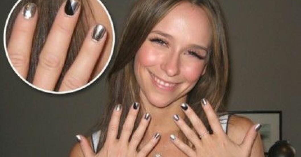Jennifer Love Hewitt i Minx-naglar gjorda av Naja Rickette.