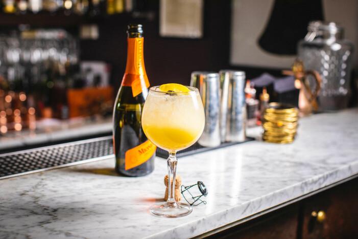 Gul drink med citron