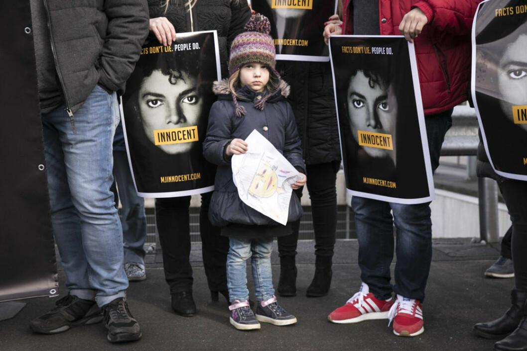 Michael Jacksons fans försvarar honom genom olika protester och hashtagen MJ Innocent.