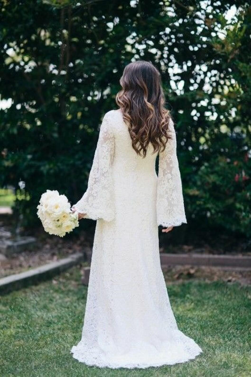 Brudbuketten och den vackra klänningen bakifrån.