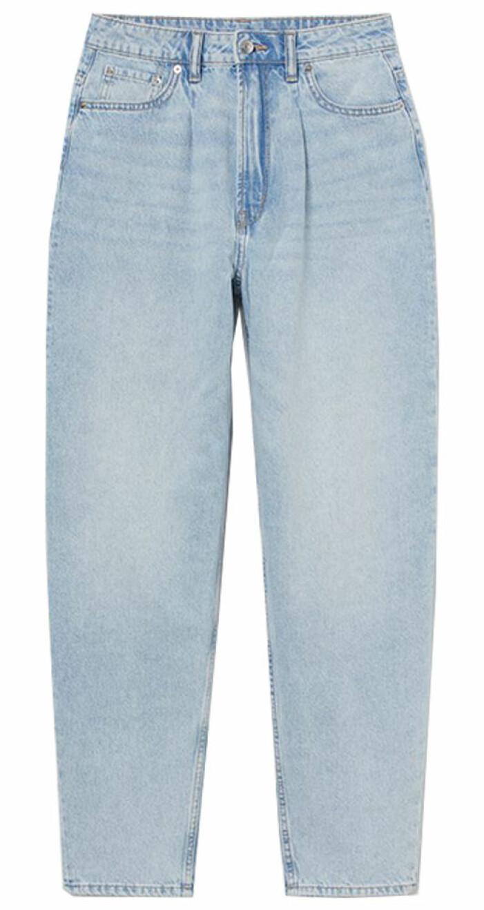 ljusa mom jeans med avsmalnande ben