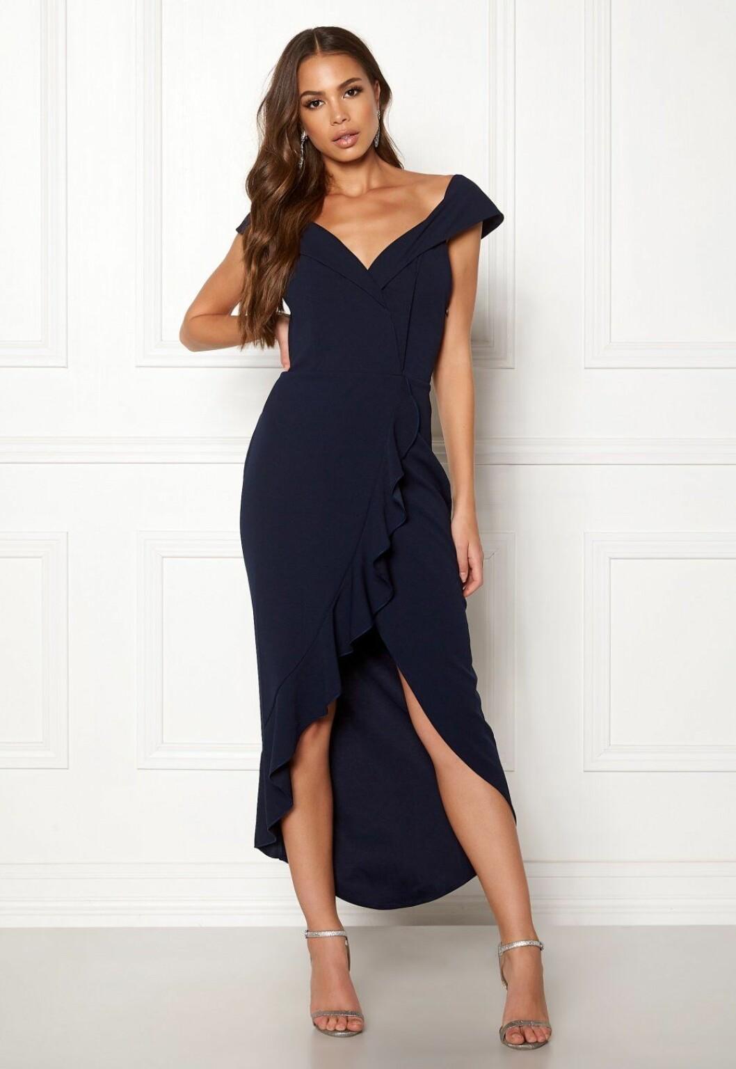 Mörkblå klänning med volanger för bröllop 2019