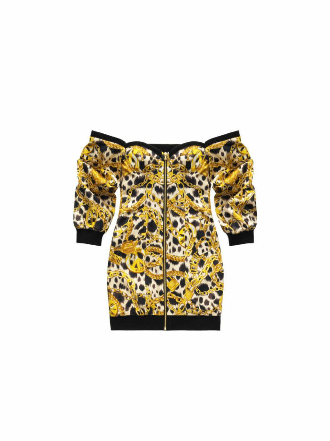 Långärmad leopardklänning med guldprint och off shoulder ur Moschino [tv] H&M