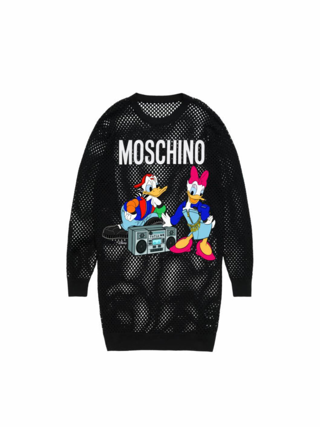 Kalle och Kajsa Anka på en oversize tröja i mesh Moschino [tv] H&M
