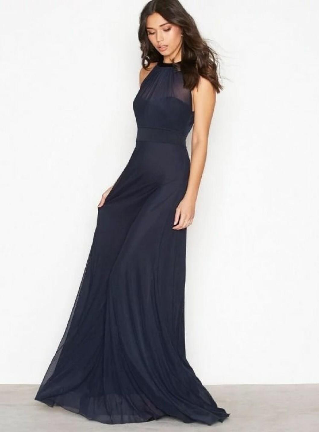 En bild på en långklänning med hjärtformad ringning från NLY Eve.
