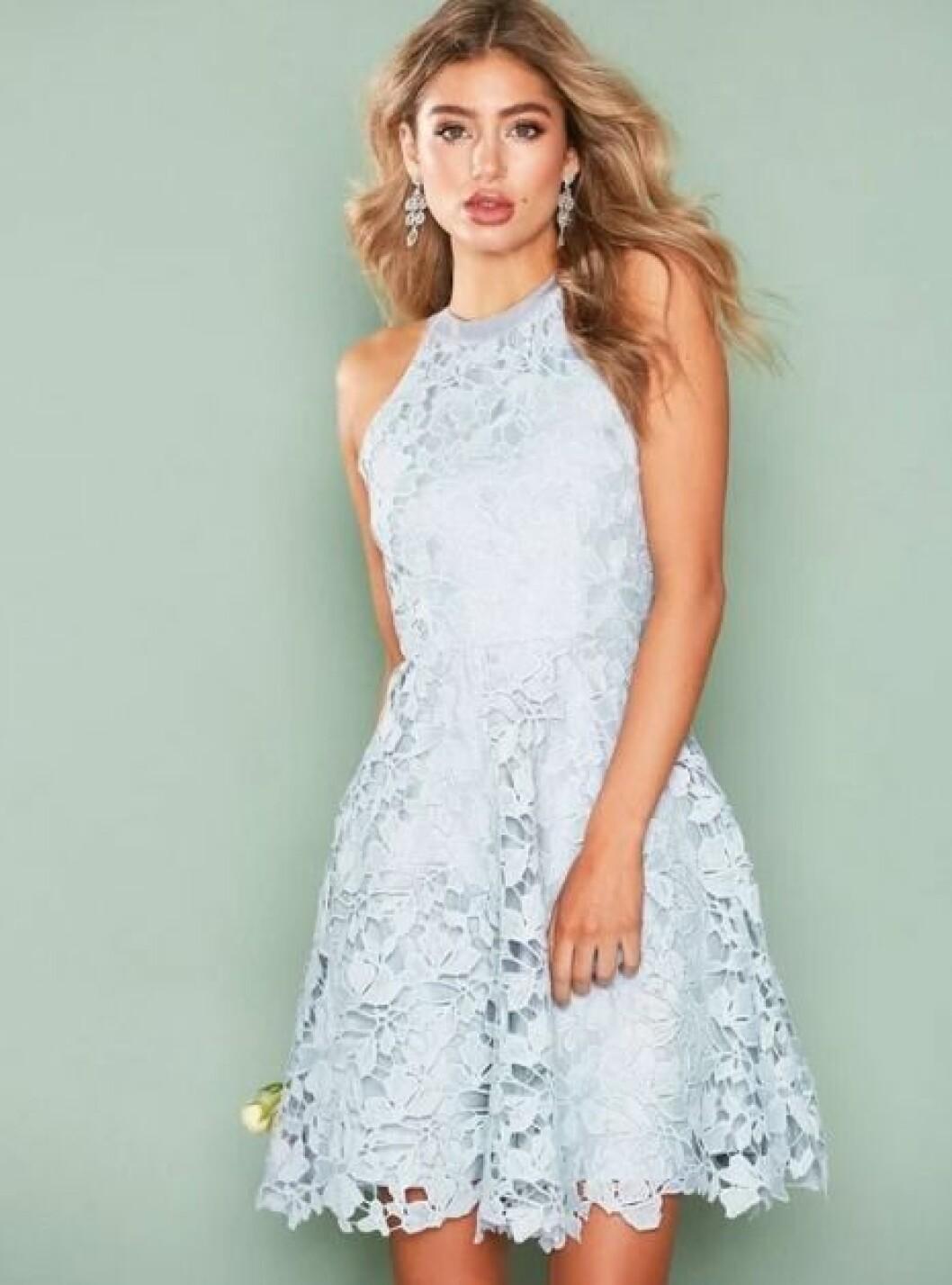 En bild på en klänning i crochet med spetsdetaljer från Nelly.