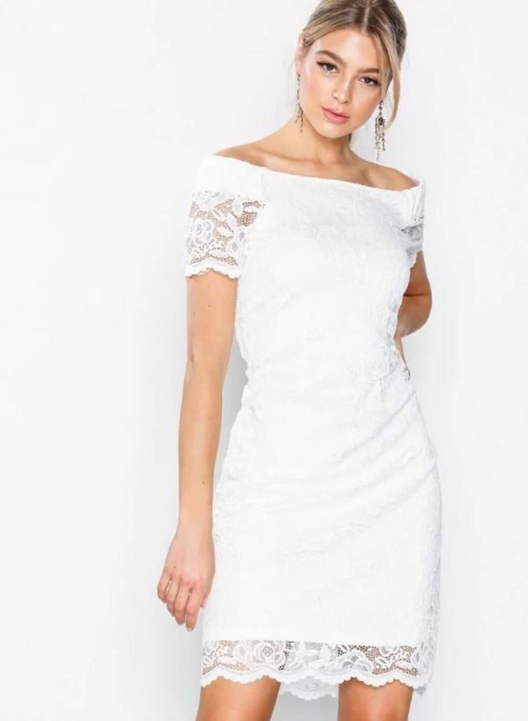 En bild på en off shoulder-klänning från VILA med spetsdetaljer.