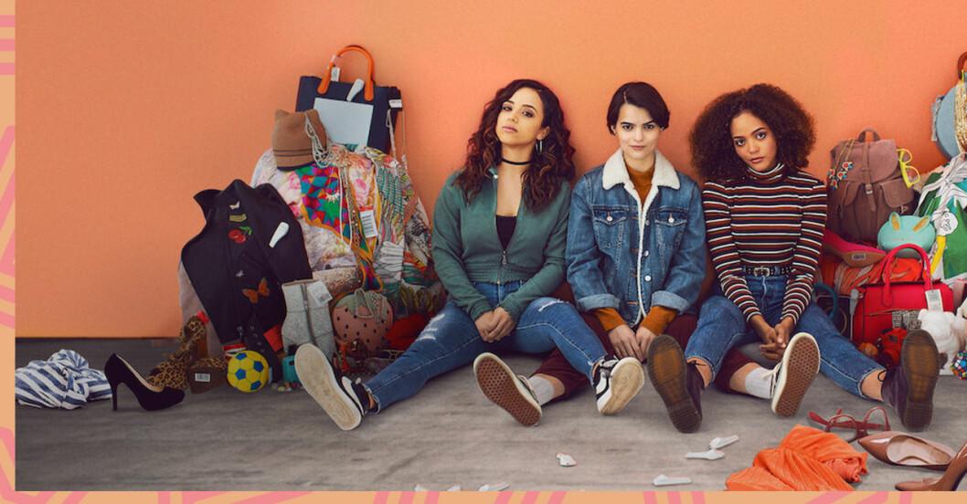tre tjejer sitter på marken med massa saker omkring sig