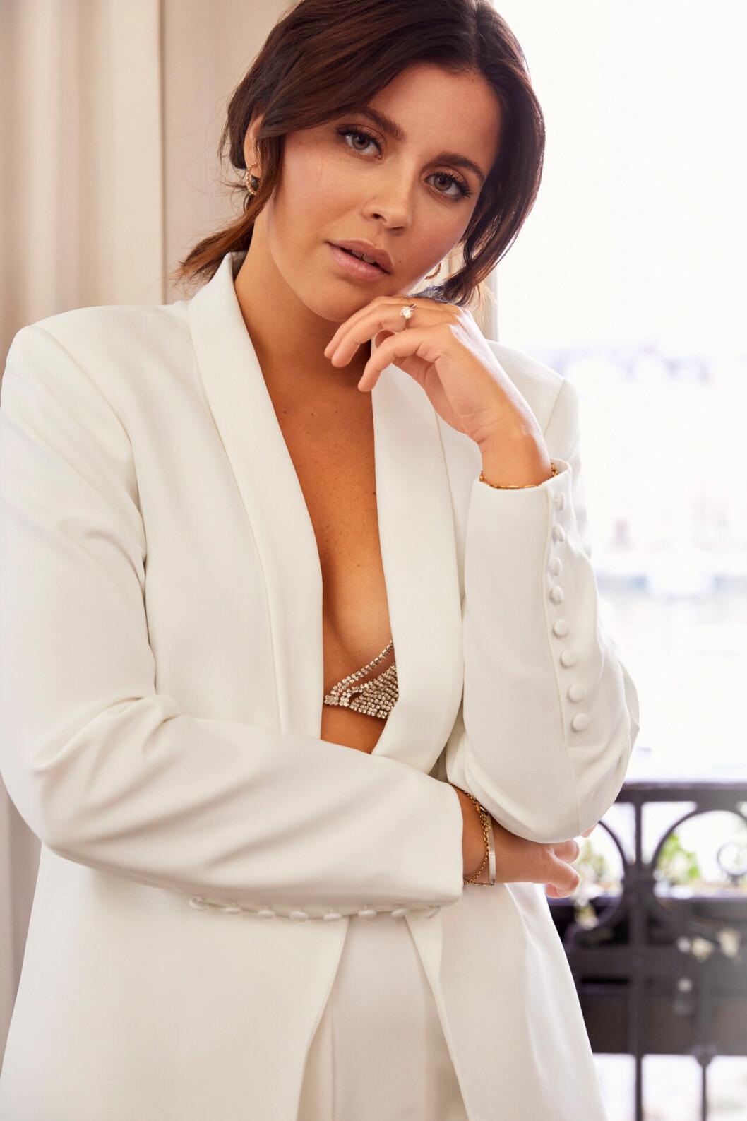 Nicole Falciani släpper bröllopskollektion –vit kostym