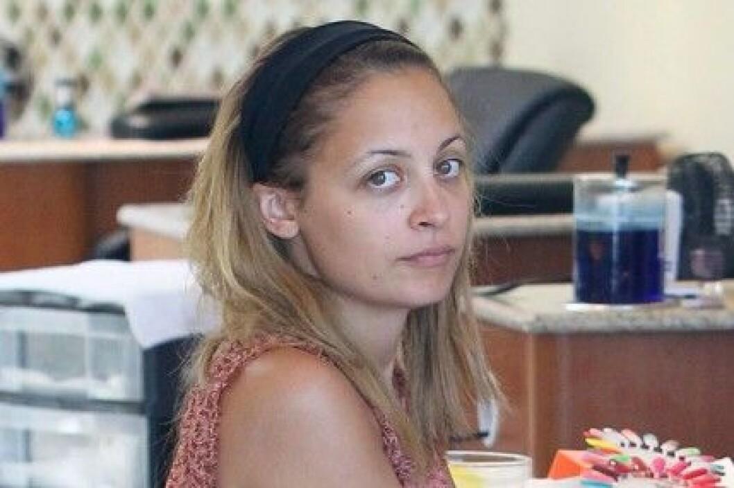 Nicole Richie är ofta osminkad privat. Här på nagelsalong.