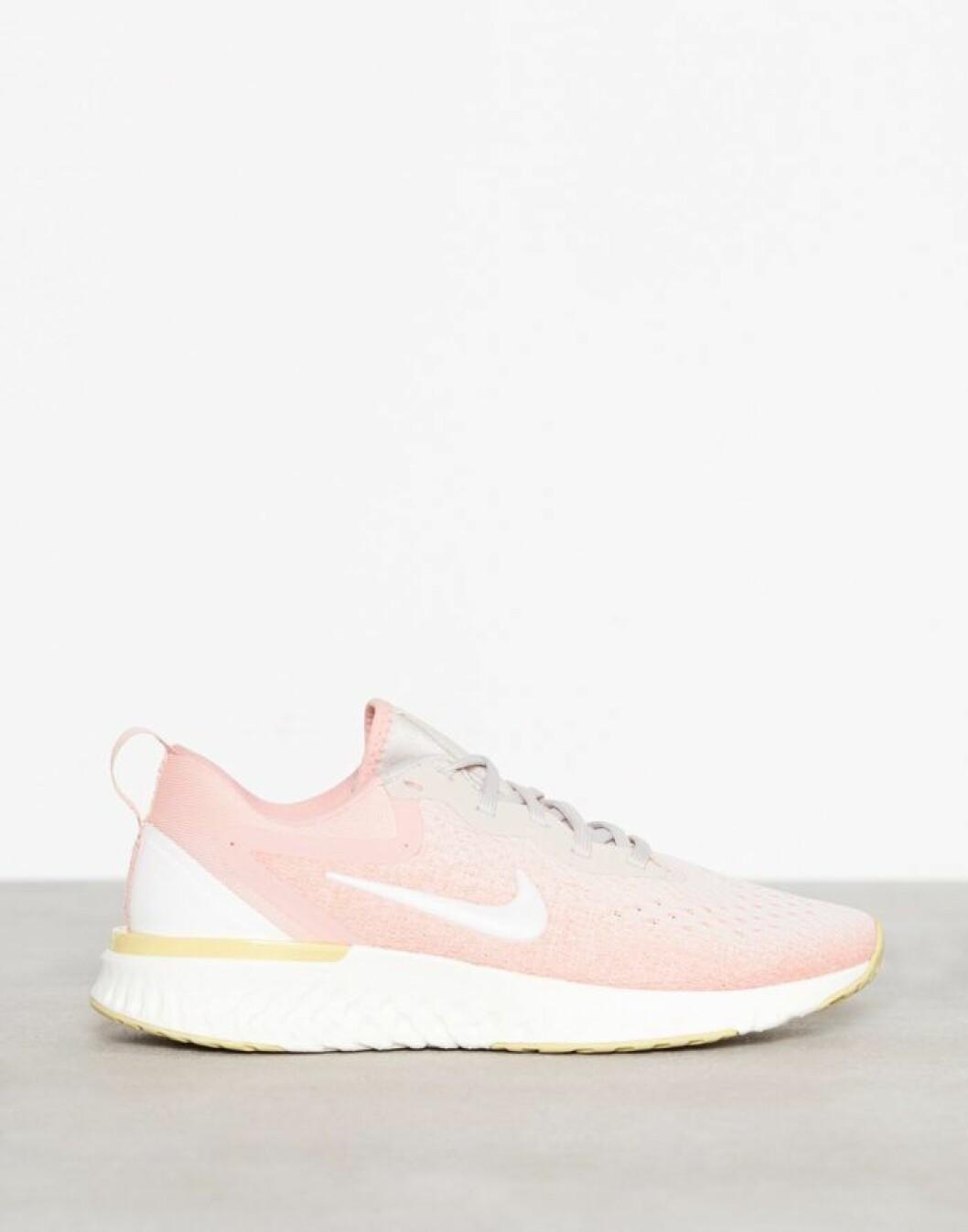 Rosa Nikeskor på rea