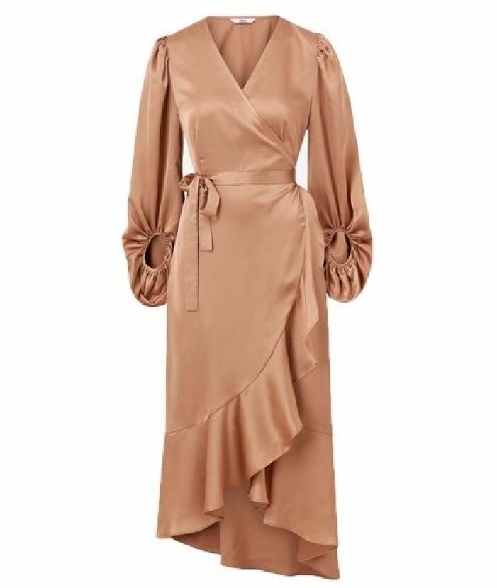 Rostfärgad långklänning i omlott till balen