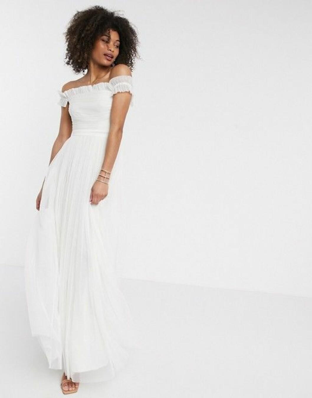 Bröllopsklänning i off shoulder-modell