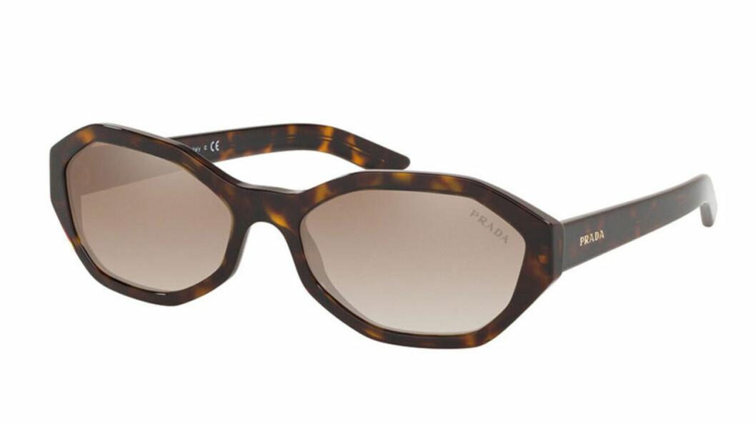 Ovala solglasögon med kantiga bågar från Prada