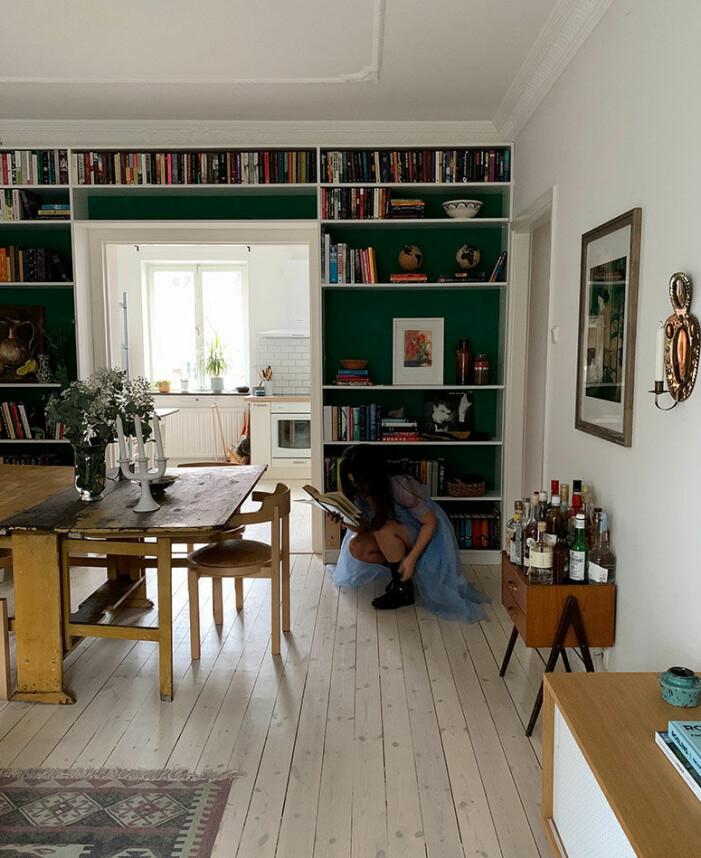 På sin blogg visar Gabriella Skog hur man bygger en platsbyggd bokhylla