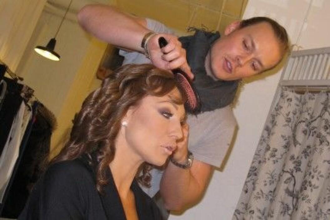 Mattias Stafsing fixar håret på Charlotte Perrelli.