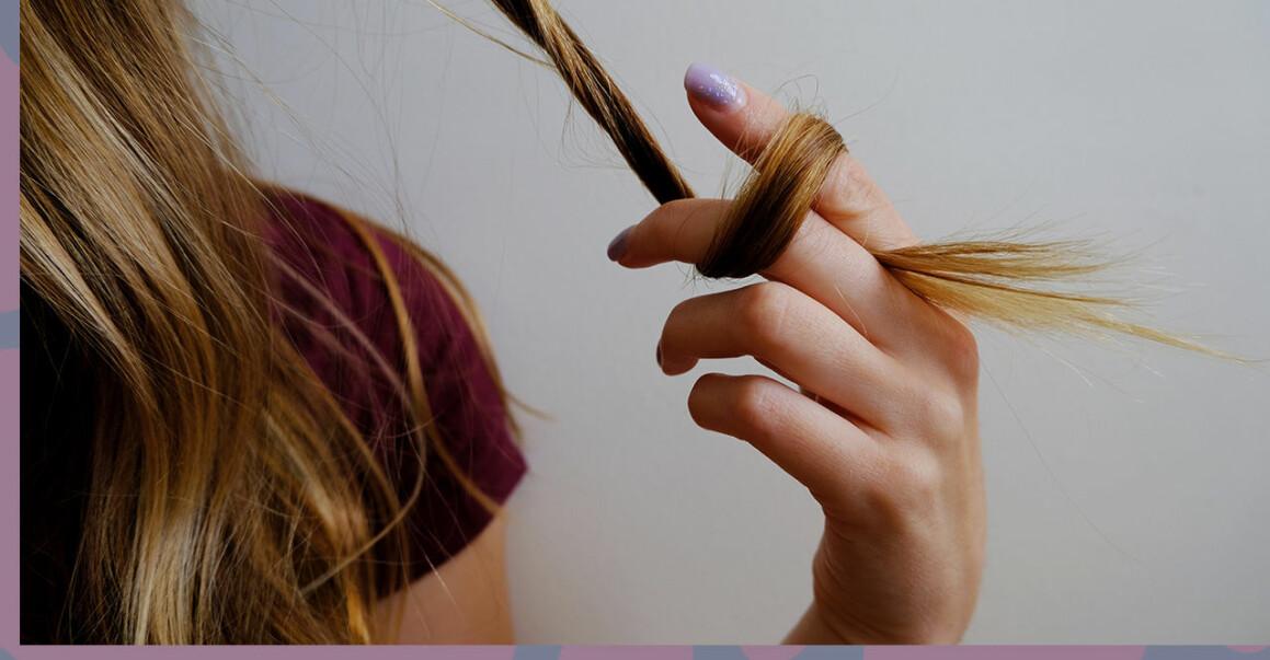 Tjej som pillar sig i håret