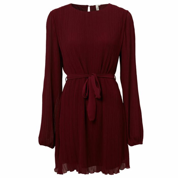 plisserad röd klänning från NLY Trend